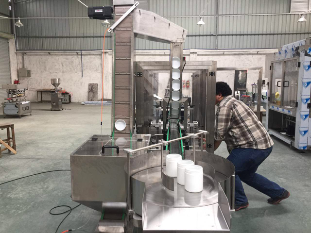 customer checking capping machine in factory.jpg