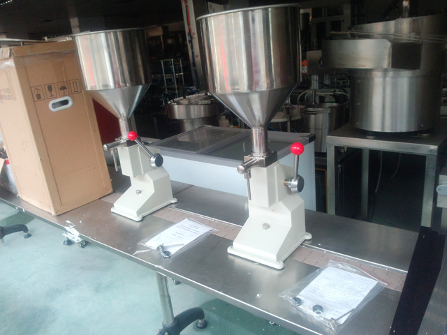 manual filling machine for liquid lotion (6).jpg