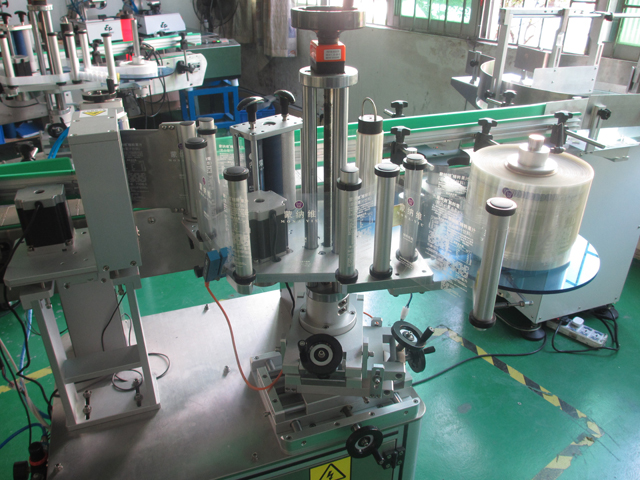 red wine bottles labeling machinery.jpg