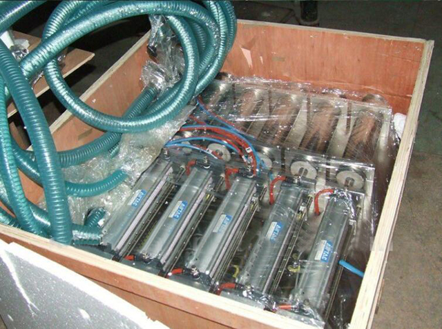 4 heads filling machine in wooden case.jpg