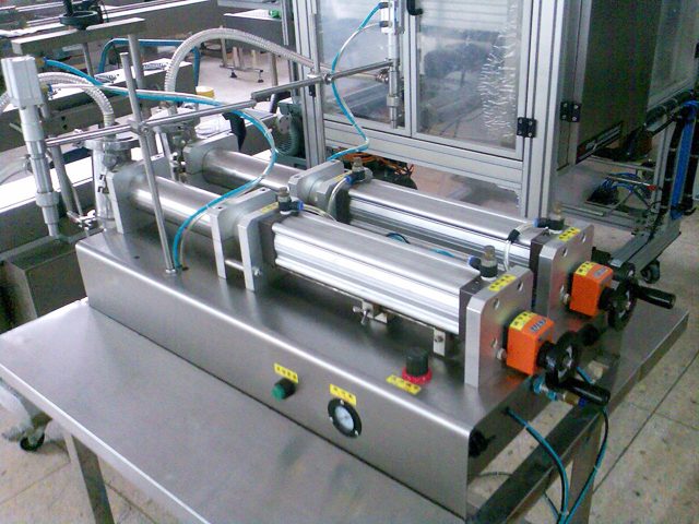 2 heads filling machine for liquid detergent.jpg