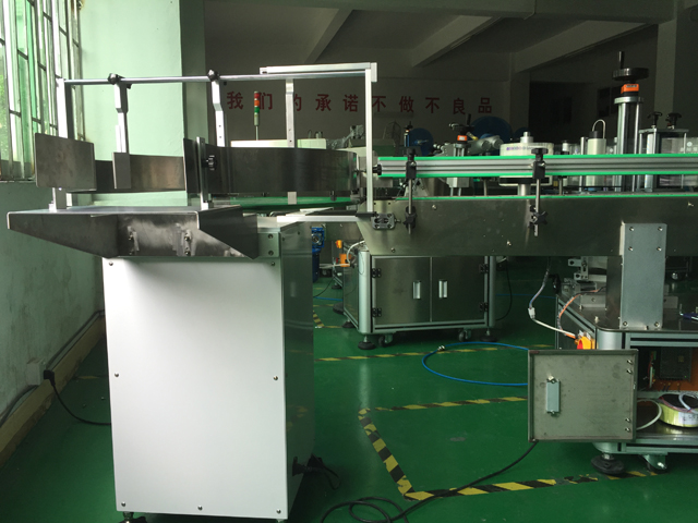 vertical labeling machinery with turntable bottles feeding s