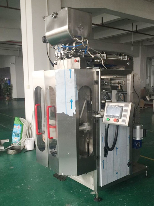 3 lanes packing machine liquid bagging in factory.jpg