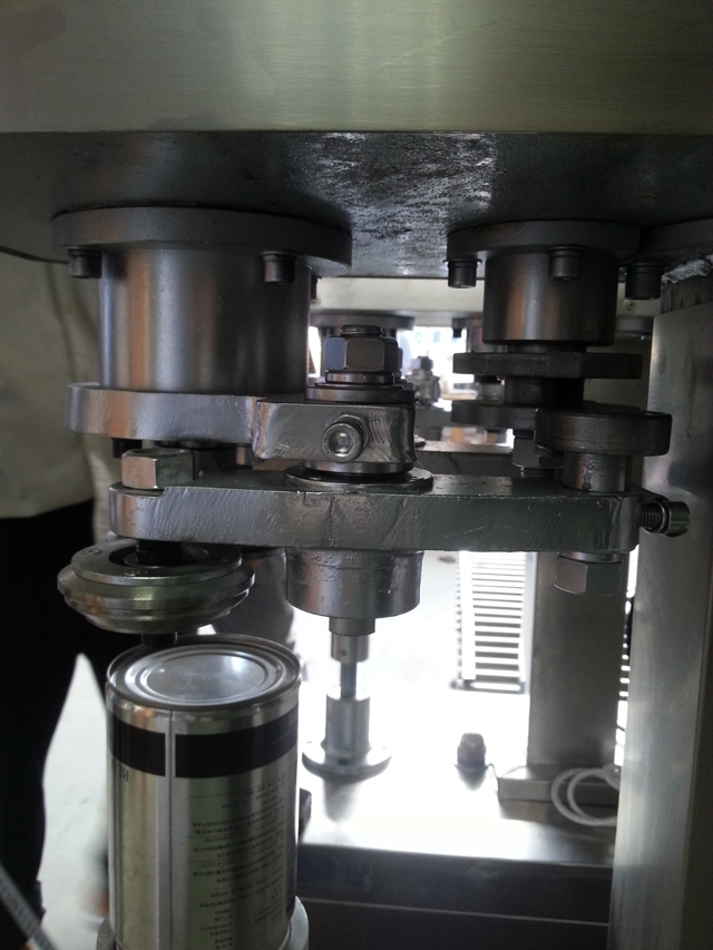 cans sealing machinery.jpg